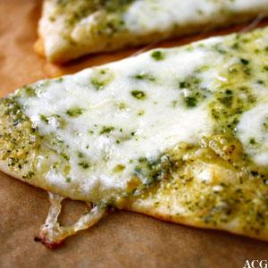pizza med pesto og mozzarella