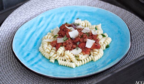 Tallerken med pasta og kjøttsaus