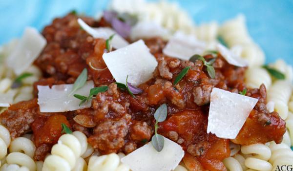 Nærbilde av pasta med kjøttsaus