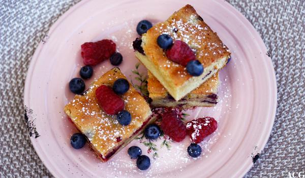 blondie-kake med bringebær og blåbær
