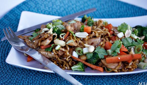 nudelsalat med kylling og peanøtter
