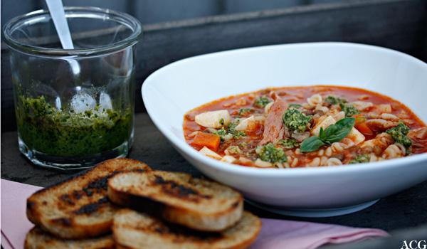 tallerken med minestronesuppe, pesto og toast